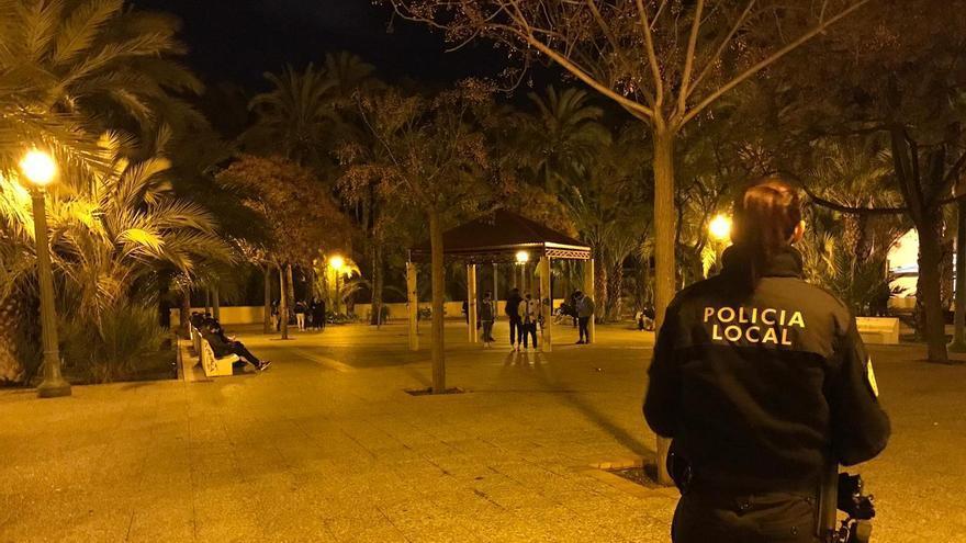 La Policía de Elche detecta reuniones de estudiantes saltándose el toque de queda para quedar a beber