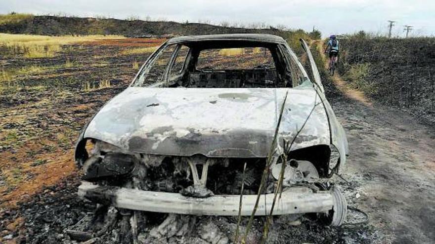 Dos bomberos heridos leves tras el incendio desatado en La Hiniesta