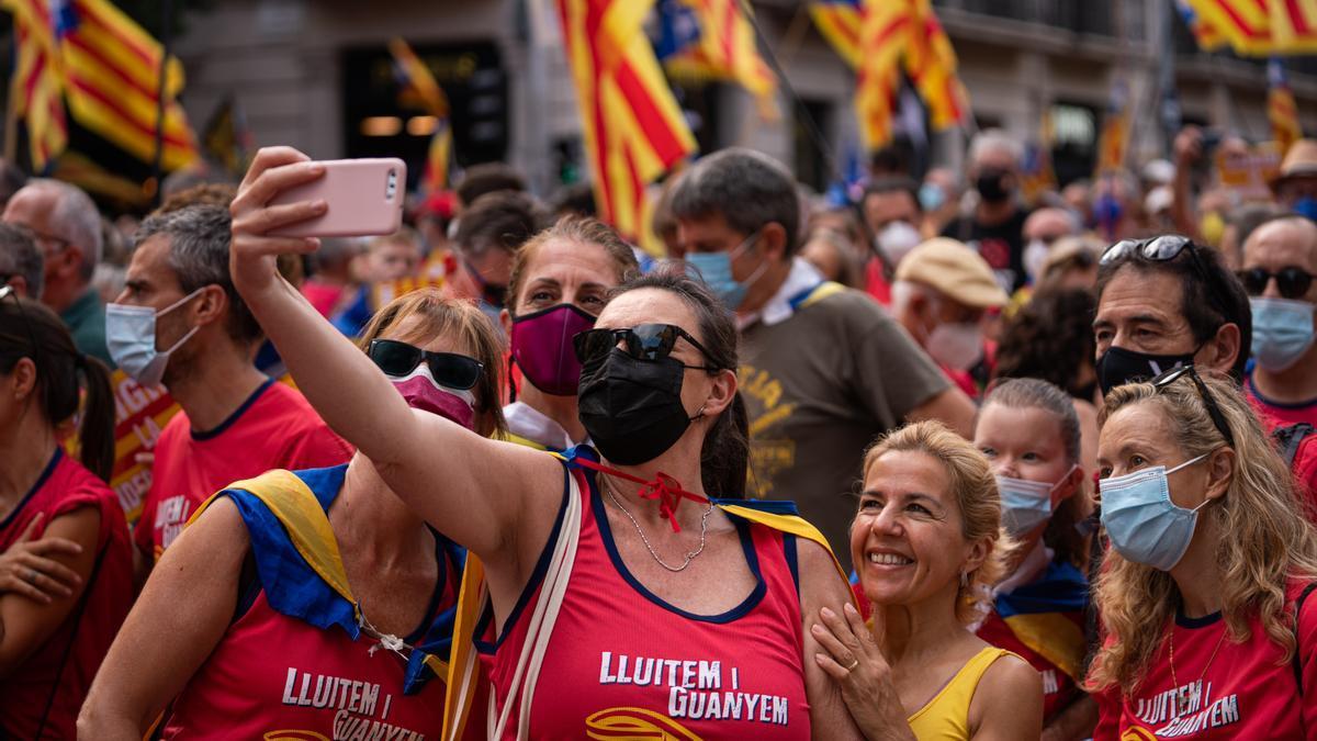 Manifestantes se hacen un selfie durante la Diada.