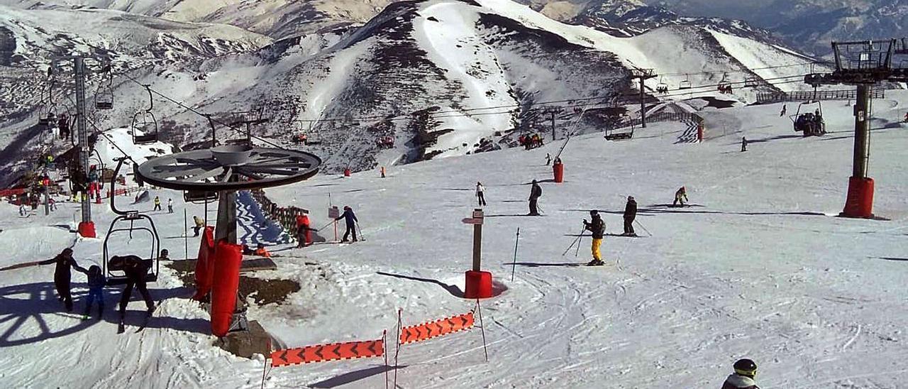 Esquiadores en la estación de Pajares, junto al remonte, durante una pasada temporada.