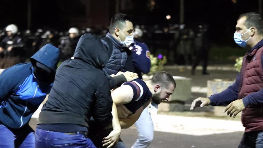 Unos 60 heridos en Belgrado tras los disturbios contra las restricciones por la pandemia