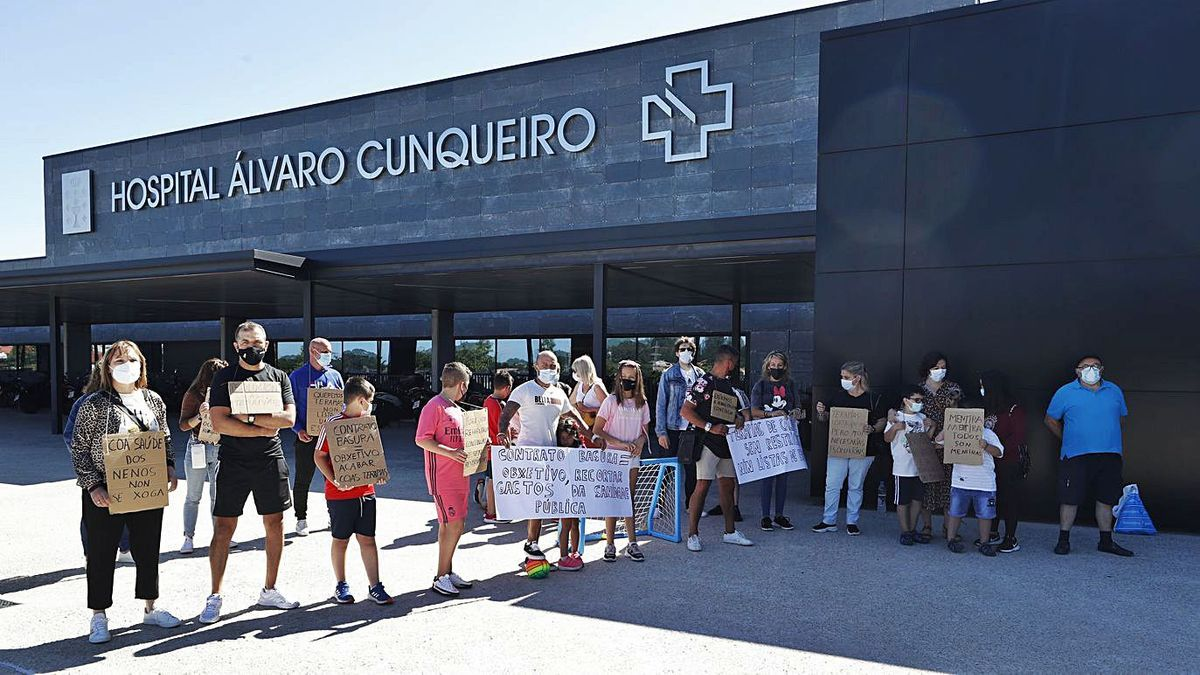 La protesta anterior, delante del Hospital Álvaro Cunqueiro en Vigo.  |  // RICARDO GROBAS