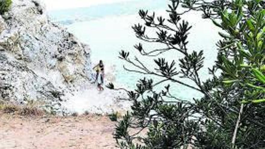 La basura llega a la costa más recóndita de Xàbia