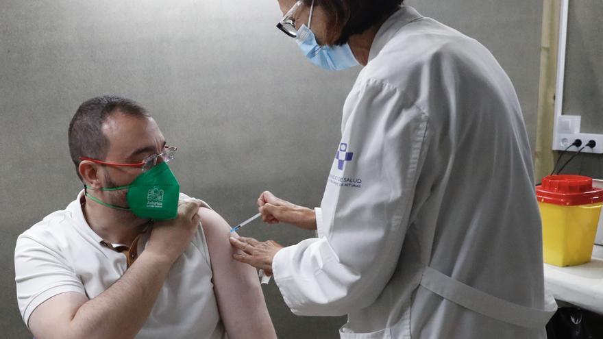 VÍDEO: Barbón ya está vacunado: lo pinchó una enfermera jubilada y le ha tocado Pfizer