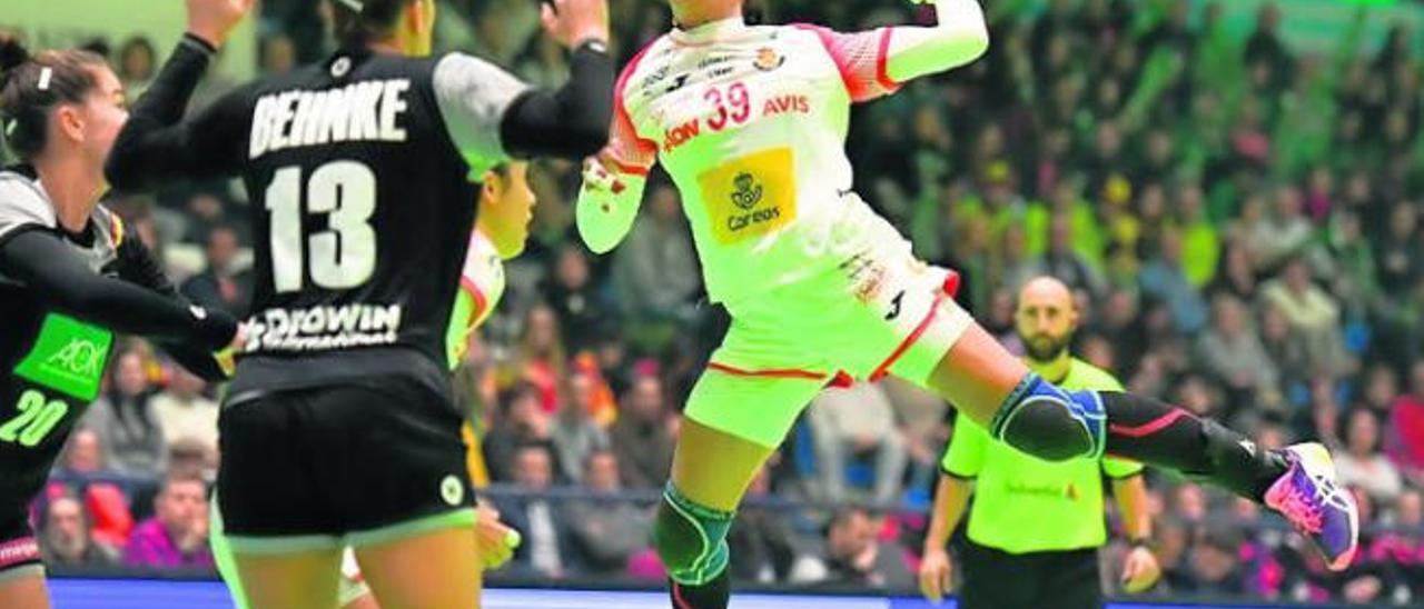 Almudena Rodríguez realiza un lanzamiento en un partido de la selección española frente al combinado nacional alemán.