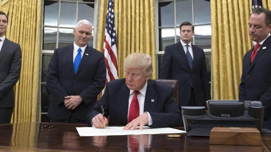 Trump signa el seu primer decret com a president per flexibilitzar l' 'Obamacare'