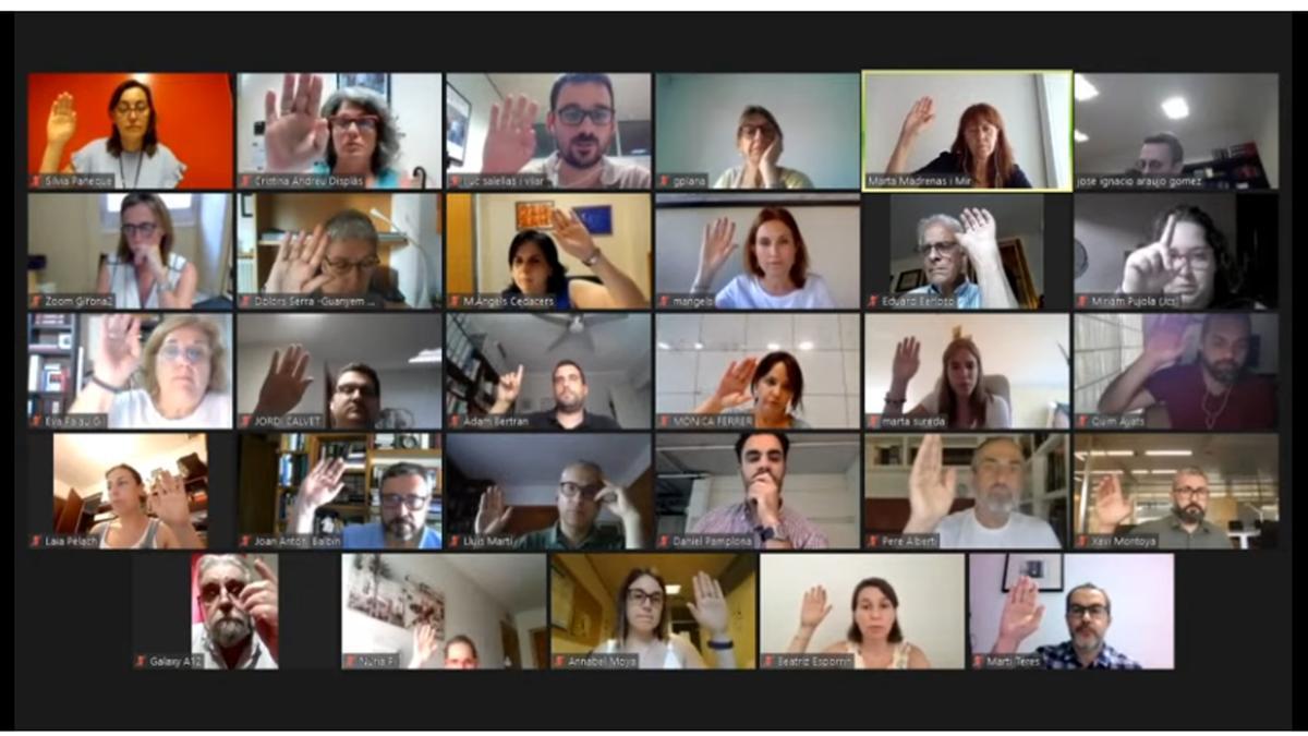 Captura de pantalla del moment en què tots els grups municipals i la regidora de Cs Miriam Pujola voten a favor del nou permís menstrual, durant el ple ordinari d'aquest 14 de juny del 2021 (Horitzontal)