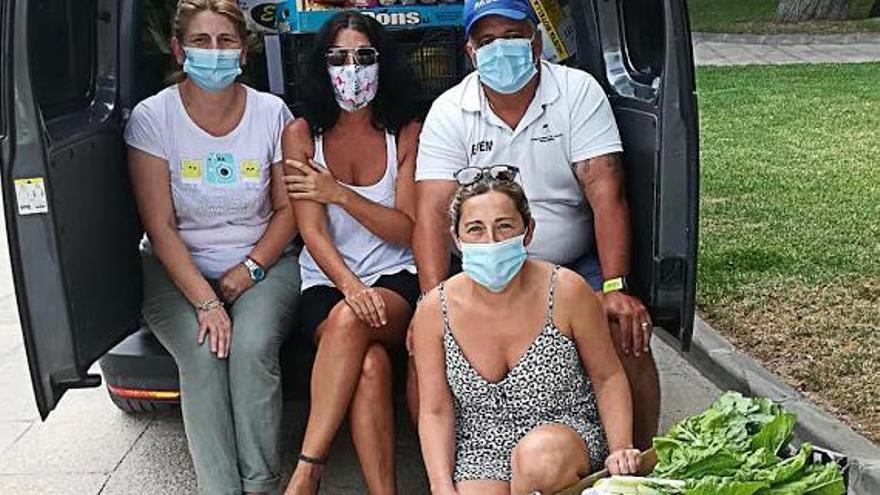Voluntarios de Calvià reparten alimentos a las familias con más necesidades.