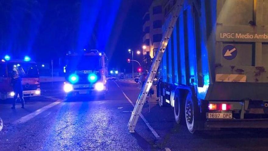 Un indigente cae al camión de la basura mientras dormía en un contenedor en Canarias