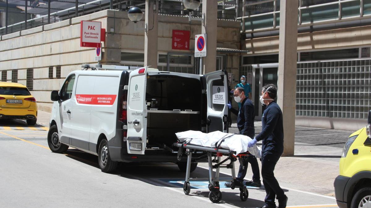 Trasladan el cadáver del joven electrocutado desde el centro de salud de Picassent.