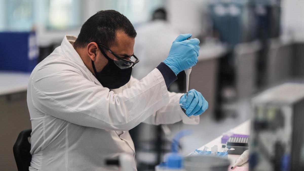 Un científico trabaja en un laboratorio.