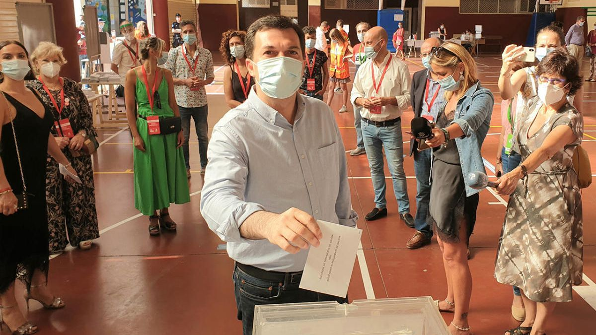Gonzalo Caballero deposita su voto.