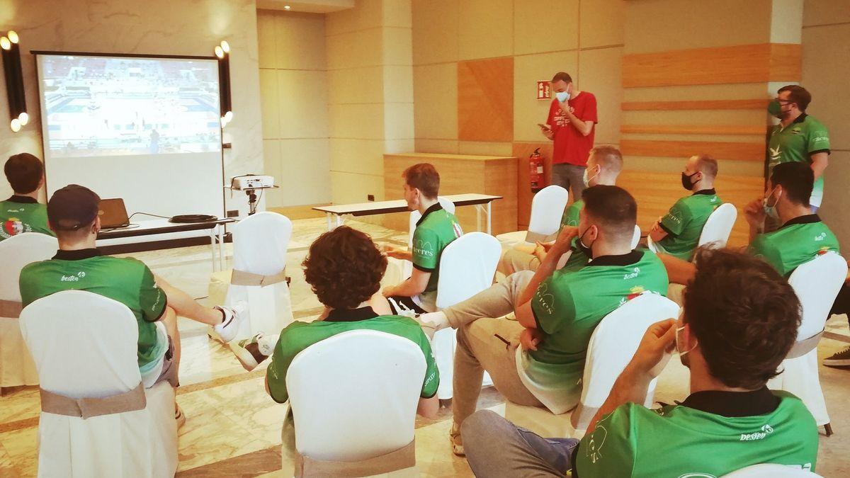 Jugadores y cuerpo técnico del Cáceres, en el salón Orellana del Barceló V Centenario, viendo el partido.