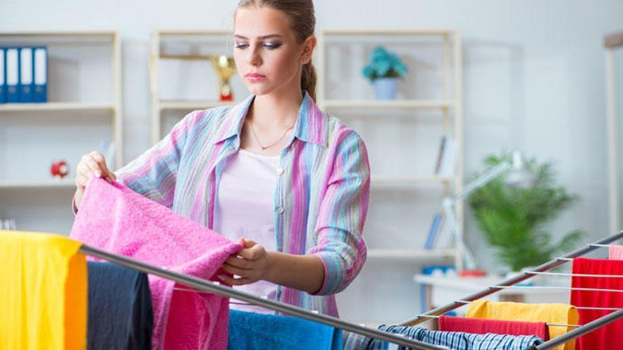 Estos son los peligros de colgar la ropa dentro de casa