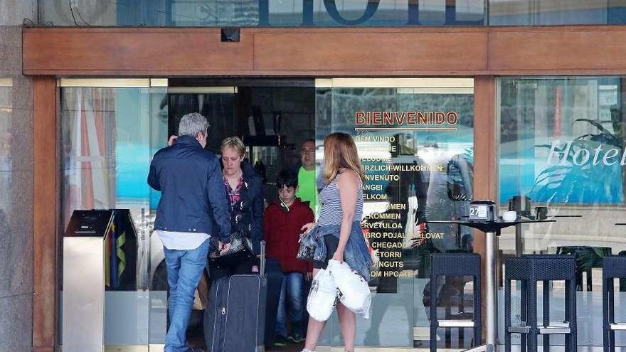 El empleo turístico apenas varía en verano y la demanda se multiplica por cinco