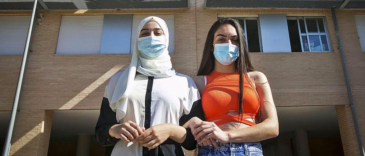 Maroua Hamadem y Saray Díaz, ante el instituto Gran Vía de la Zona Norte que les ha formado