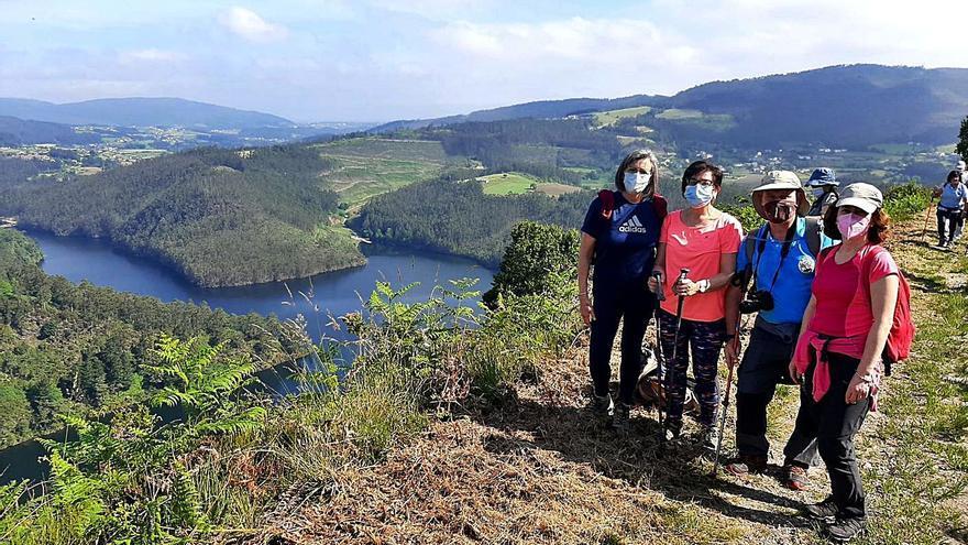 La fiesta de los montañeros reúne en Villayón a 300 senderistas de toda Asturias
