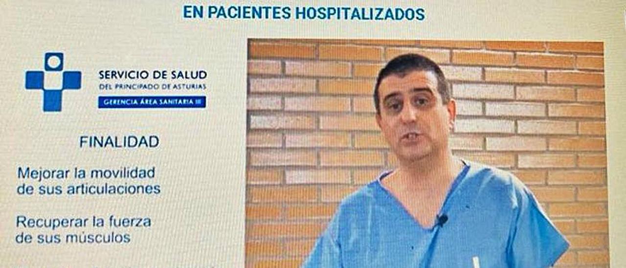 El fisioterapeuta del San Agustín Juan Carlos Ibáñez, en uno de los tutoriales online que están en la web del Hospital.