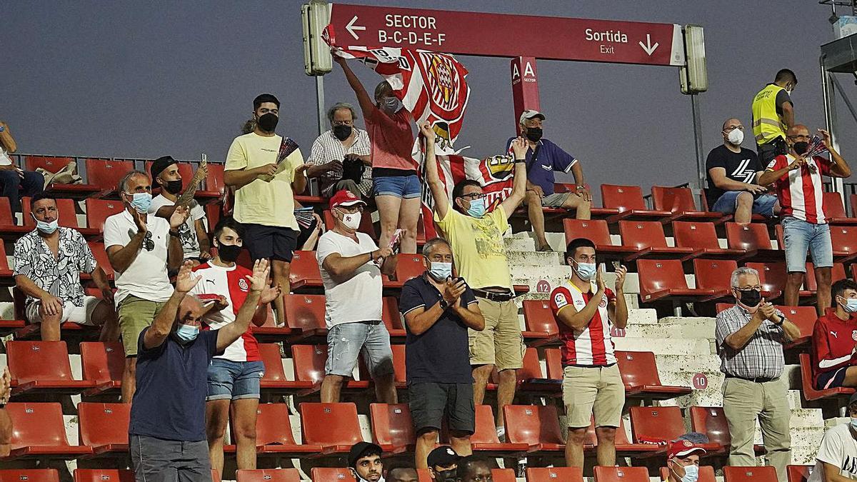 Aficionats a Montilivi el dia del debut a la Lliga contra l'Amorebieta