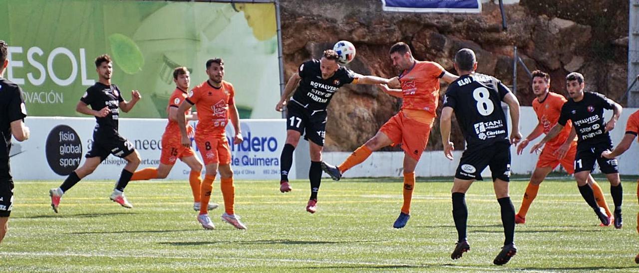 Atzeneta y Olot pugnan por controlar un balón aéreo durante el partido en el Regit. | ATZENETA UE