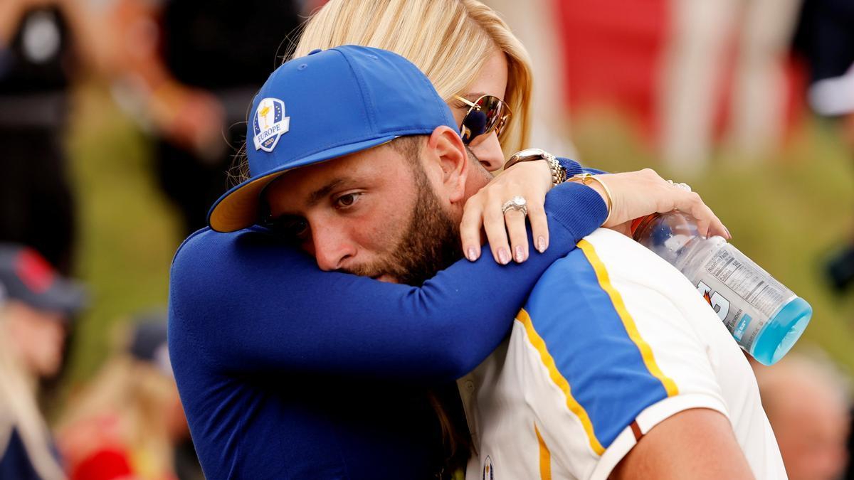 Jon Rahm, del equipo europeo, es consolado por su esposa Kelley Cahill tras la victoria del equipo estadounidense en la Ryder Cup.
