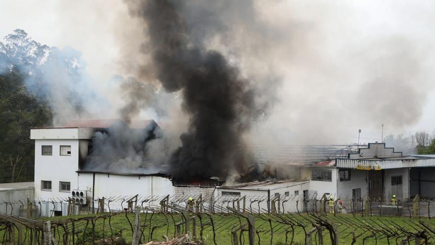 Declarado un incendio en una nave de bacalao en Ponteareas