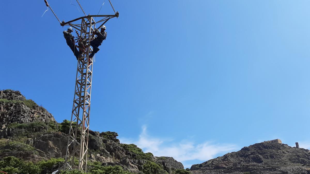 La reforma ha consistit a instal·lar a dues torres elèctriques de mitjana tensió