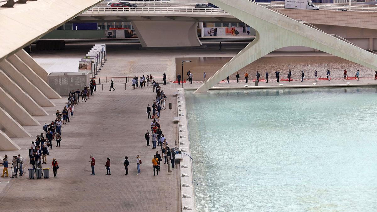 Miles de personas acuden cada día a la Ciutat de les Arts i les Ciències para recibir la vacuna contra la covid en el vacunódromo habilitado en la ciudad de València, esta semana.