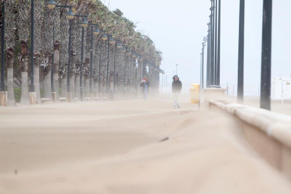 El temporal ''entierra'' en arena el paseo marítimo de València