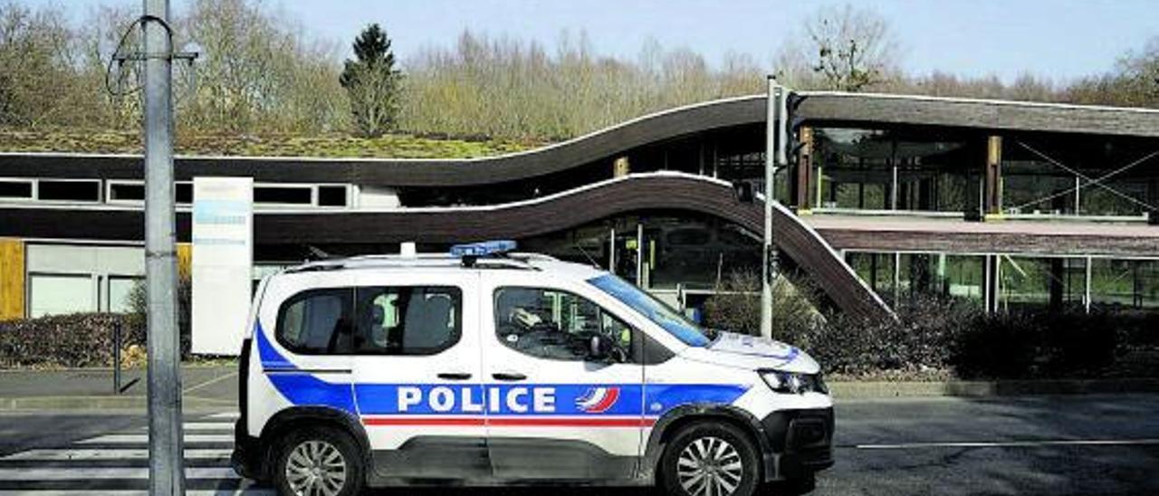 Un coche de policía patrulla el lugar donde  el martes se produjo uno de los apuñalamientos. | EFE-EPA/YOAN VALAT