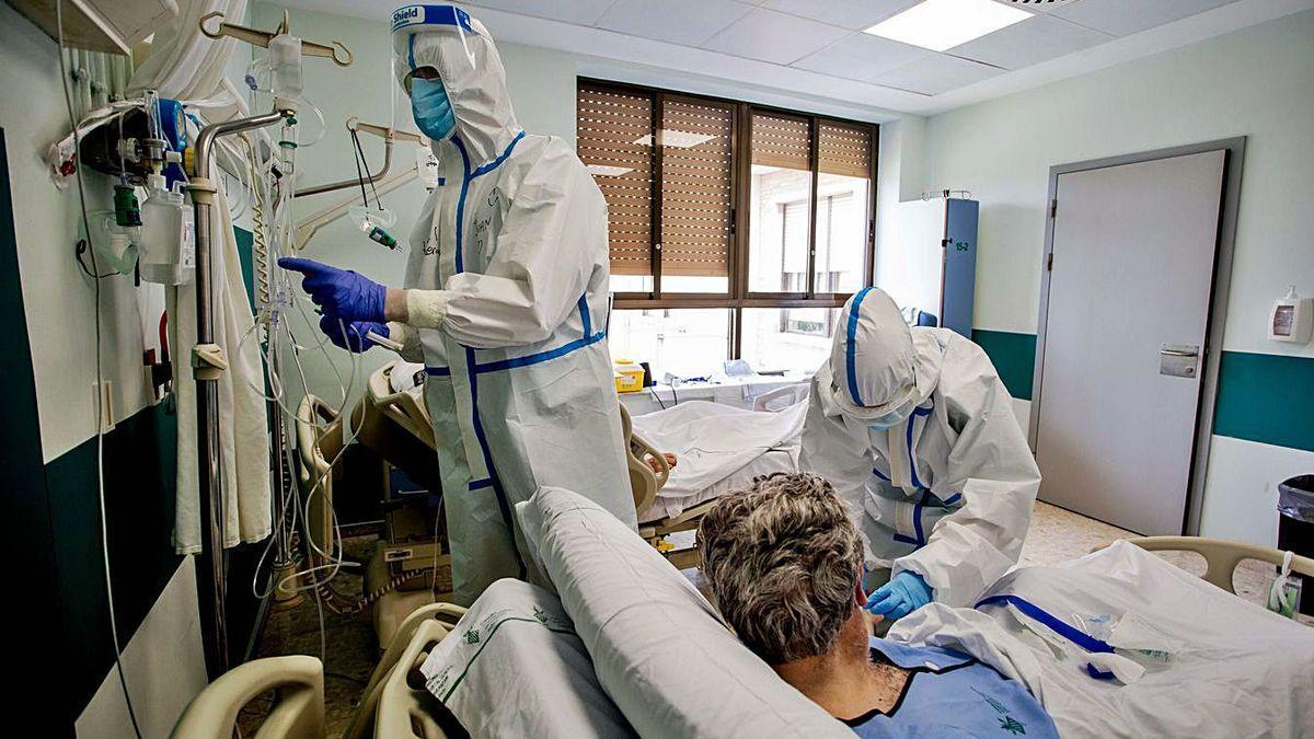 Sanitarios atienden a ingresados por covid.