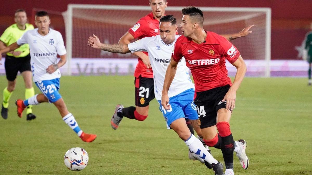 Valjent conduce el esférico, durante el partido ante el Tenerife
