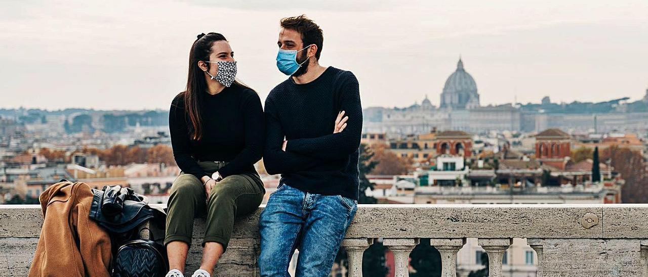 El 'verano del amor' da marcha atrás por las nuevas restricciones | UNSPLASH / GABRIELLA CLARE MARINO