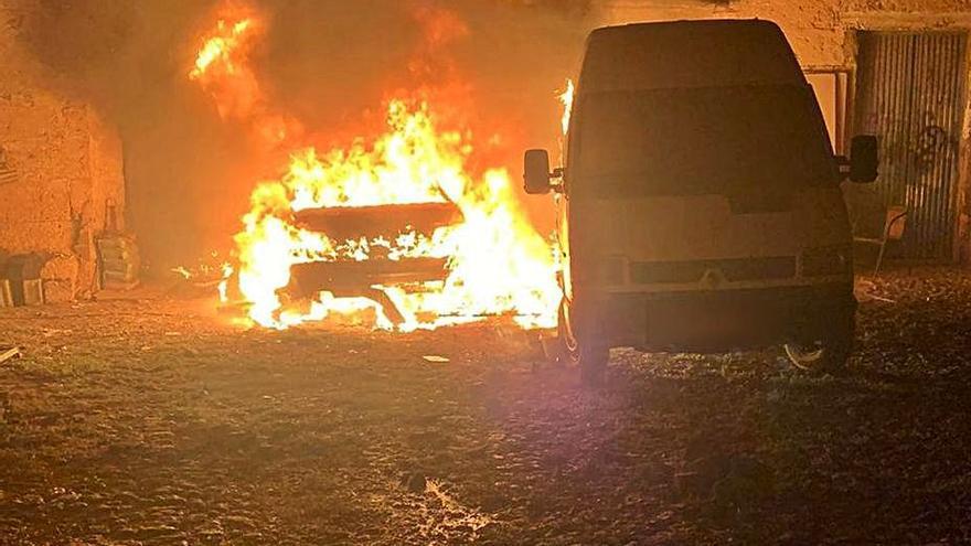 Denunciado un varón por estar acusado de quemar dos vehículos en San Isidro