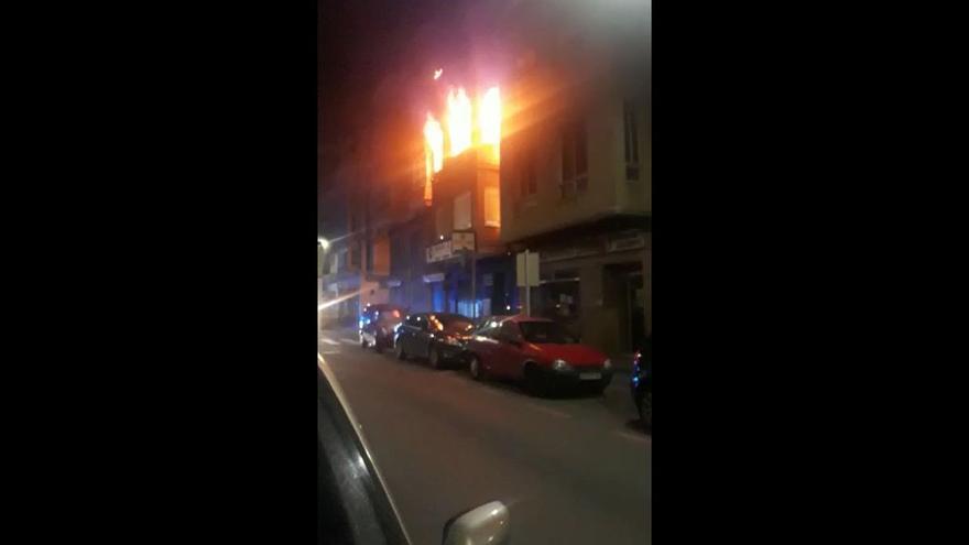 Devastador incendio en un bloque de viviendas de Burriana con personas dentro