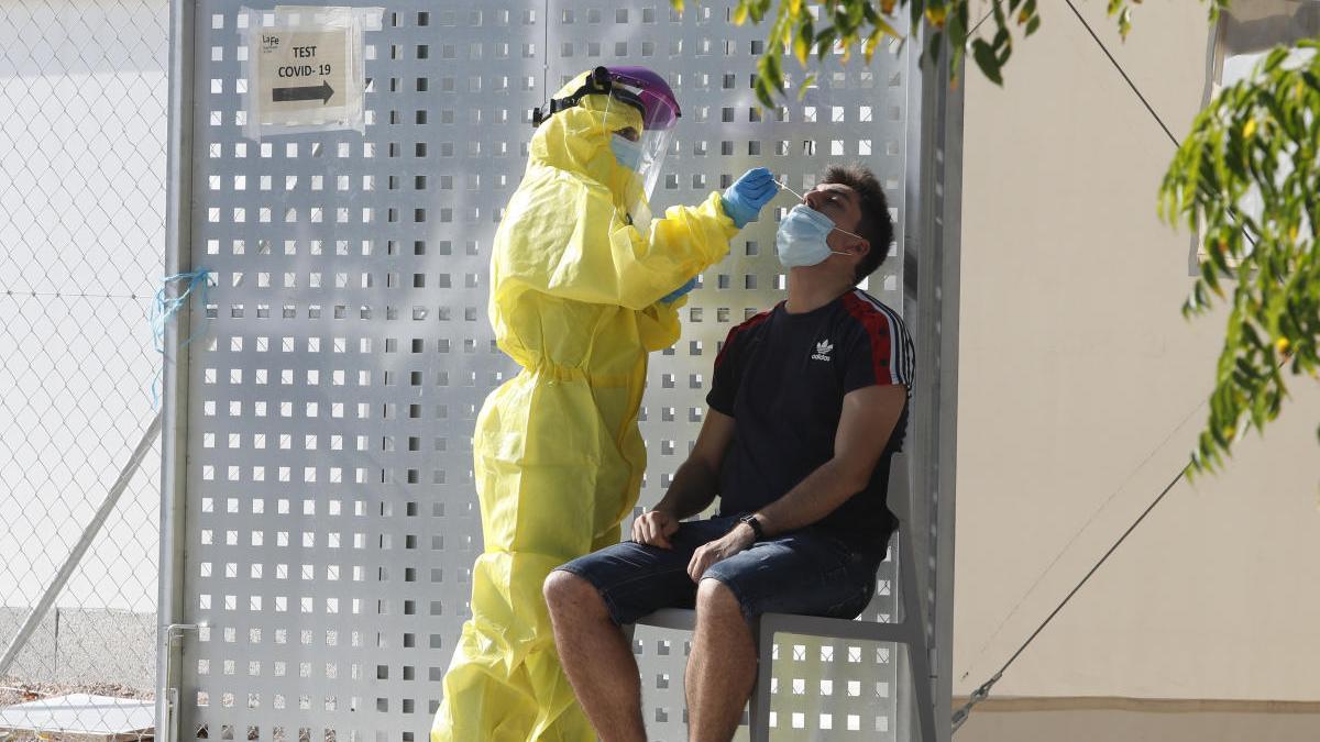 Un joven se realiza las pruebas PCR después de detectarse un foco en una discoteca de València.