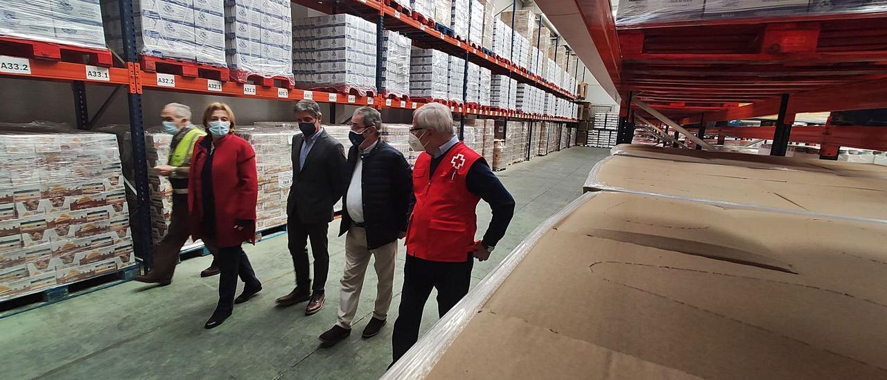 Delia Losa, Enrique Rodríguez Nuño, Bernardo Sopeña y José María Lana pasean por la sede del Banco de Alimentos en Argame. | A. Velasco
