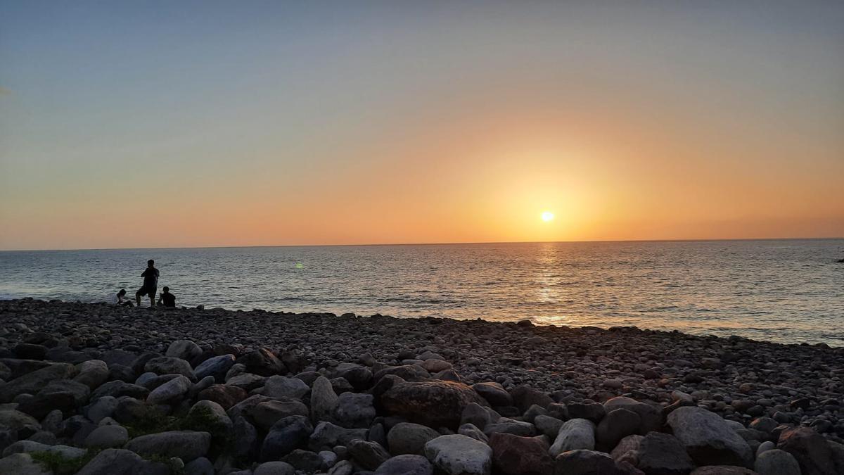 Puesta de sol, ayer, en la playa de La Aldea de San Nicolás
