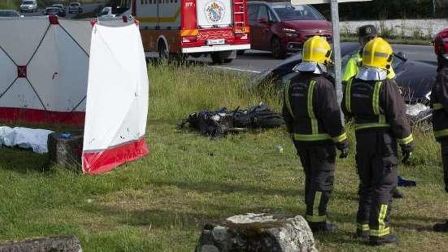Un motorista de 36 años fallece en Guísamo arrollado por un turismo que antes impactó con un camión