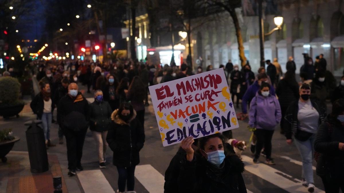 """Una mujer sostiene una pancarta donde se lee """"El machismo también se cura. Vacuna = educación"""", durante una manifestación convocada por el Movimiento Feminista."""