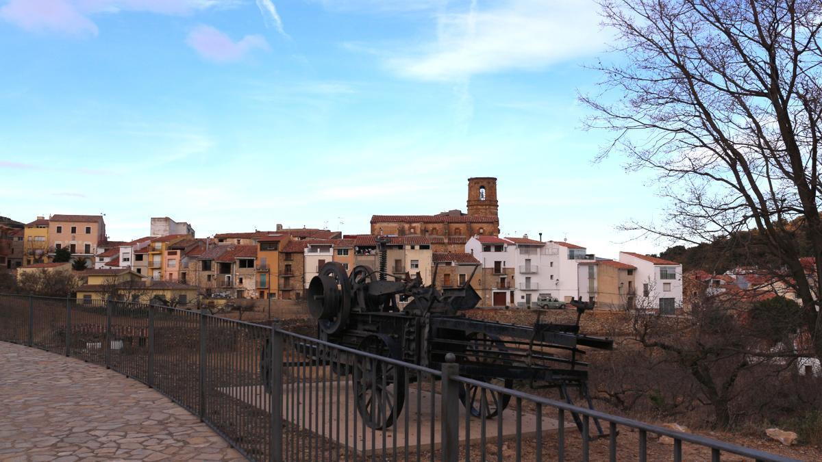Panorámica de la Serratella, municipio castellonense que multiplica por 25 el número de vehículos al de habitantes.