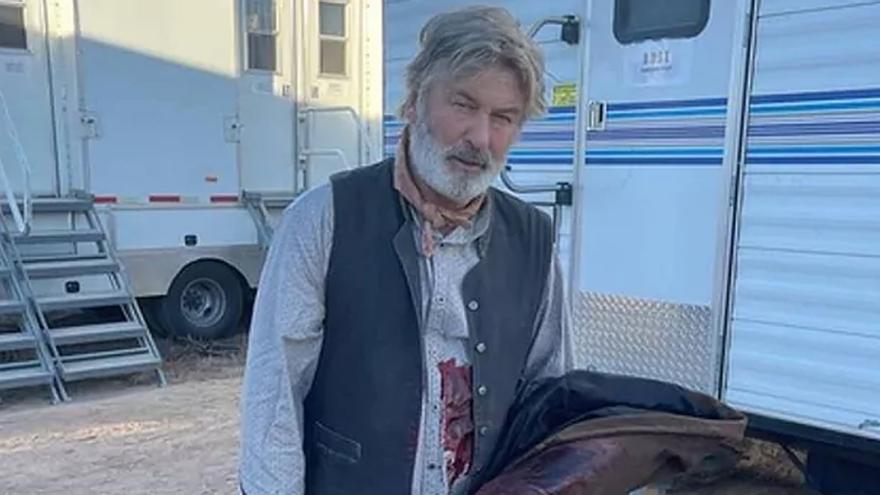 El actor Alec Baldwin mata accidentalmente a la directora de fotografía durante el rodaje