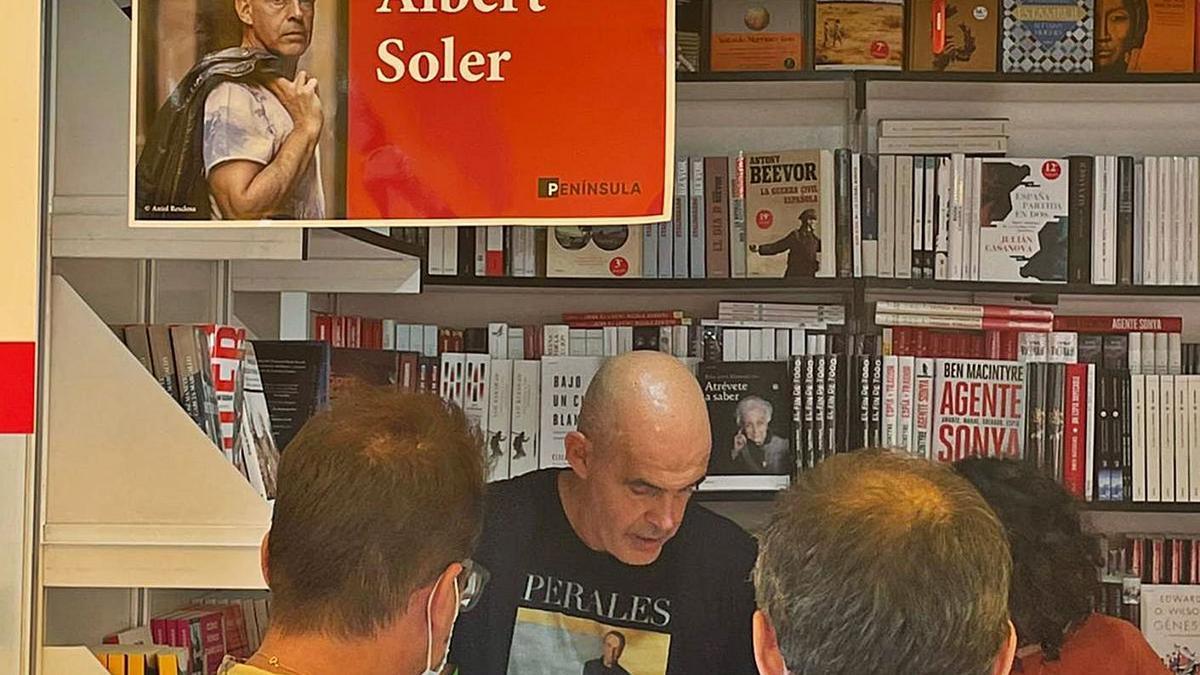 L'autor, signant llibres en una caseta al parc del Retiro.   ELENA SOLER