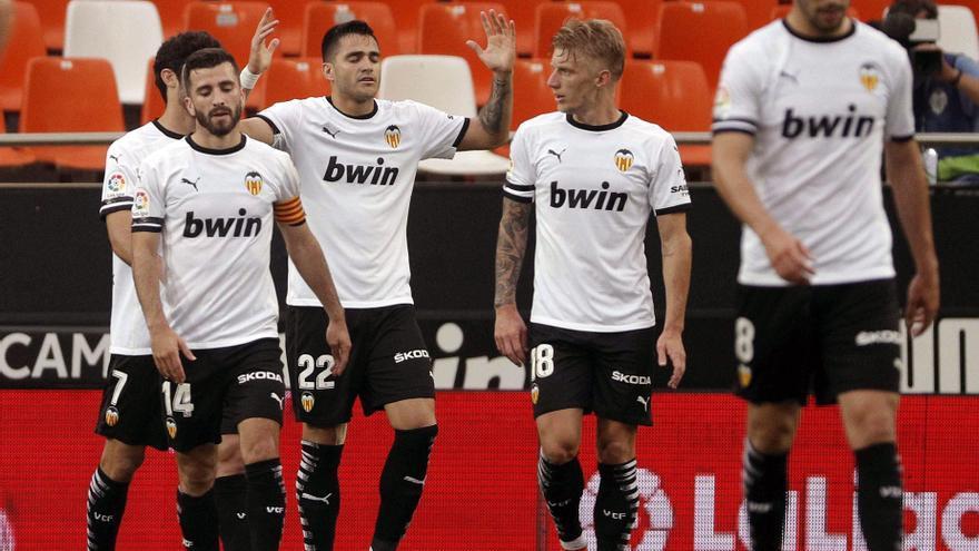 El Valencia golea y mete en apuros al Valladolid