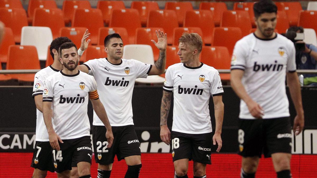 Los jugadores del Valencia celebran un tanto ante el Real Valladolid.