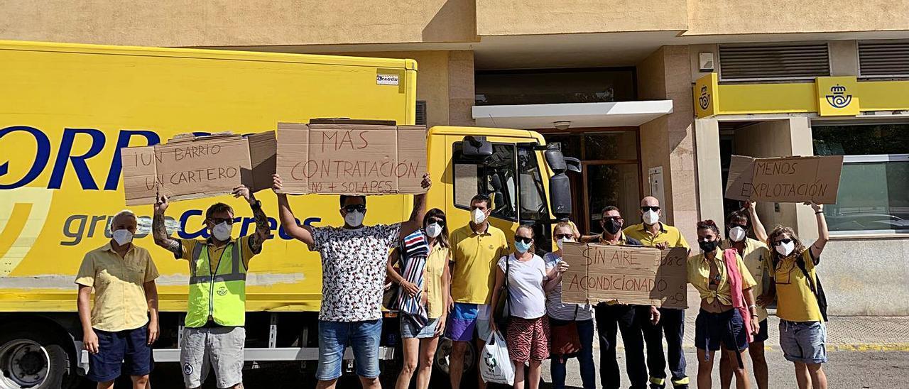 Trabajadores de Correos Ibiza, ayer durante su concentración ante la oficina.   TONI ESCANDELL
