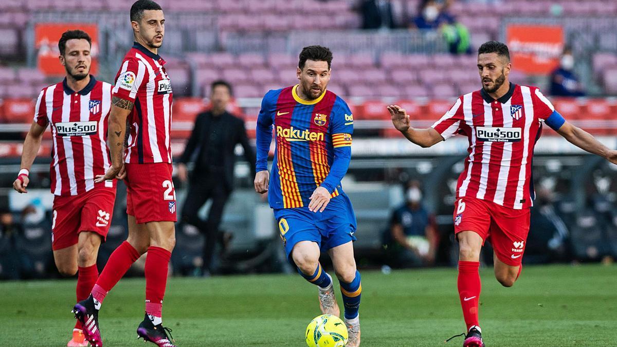 Messi intenta llevarse un balón entre Mario Hermoso, Koke y Saúl, durante el encuentro de ayer en el Camp Nou.