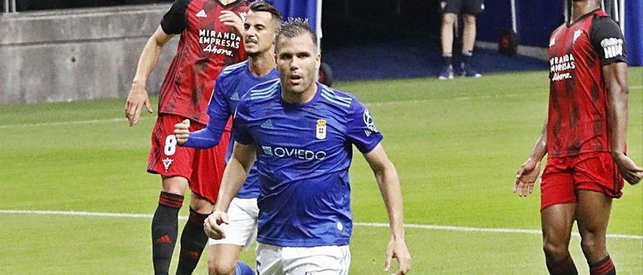 Ortuño celebra un gol ante el Mirandés, con Tejera detrás, en la temporada que acaba de concluir.