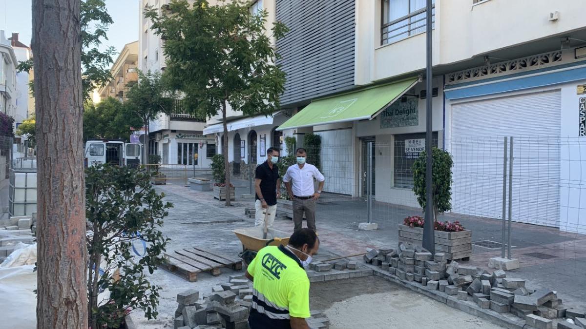Un operario realiza obras de mejora en la calle.