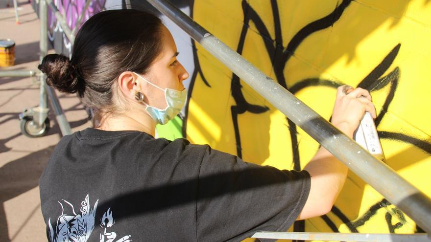 Set joves dibuixen un graffiti al Mercat Municipal de Roses pel seu 35è aniversari